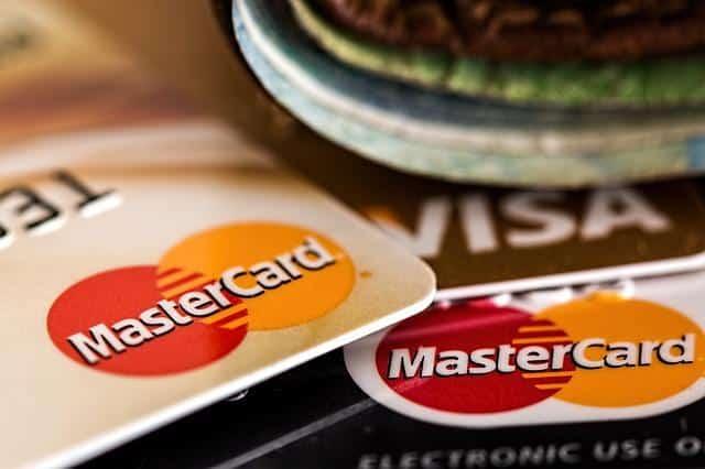 Οι πιστωτικές κάρτες για τα χαμηλά εισοδήματα είναι σκέτη καταστροφή, ισόβια σκλαβιά στα τραπεζικά ιδρύματα...