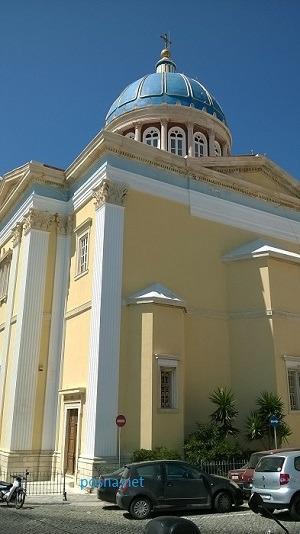 Άγιος Νικόλαος ο Πλούσιος, το επίθετο το οφείλει στο ότι δαπαντήθηκαν τεράστια ποσά τής εποχής από εφοπλιστές και απλό κόσμο για τήν ανέγερσή του...