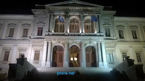 Το δημαρχείο φωτισμένο τήν νύχτα...